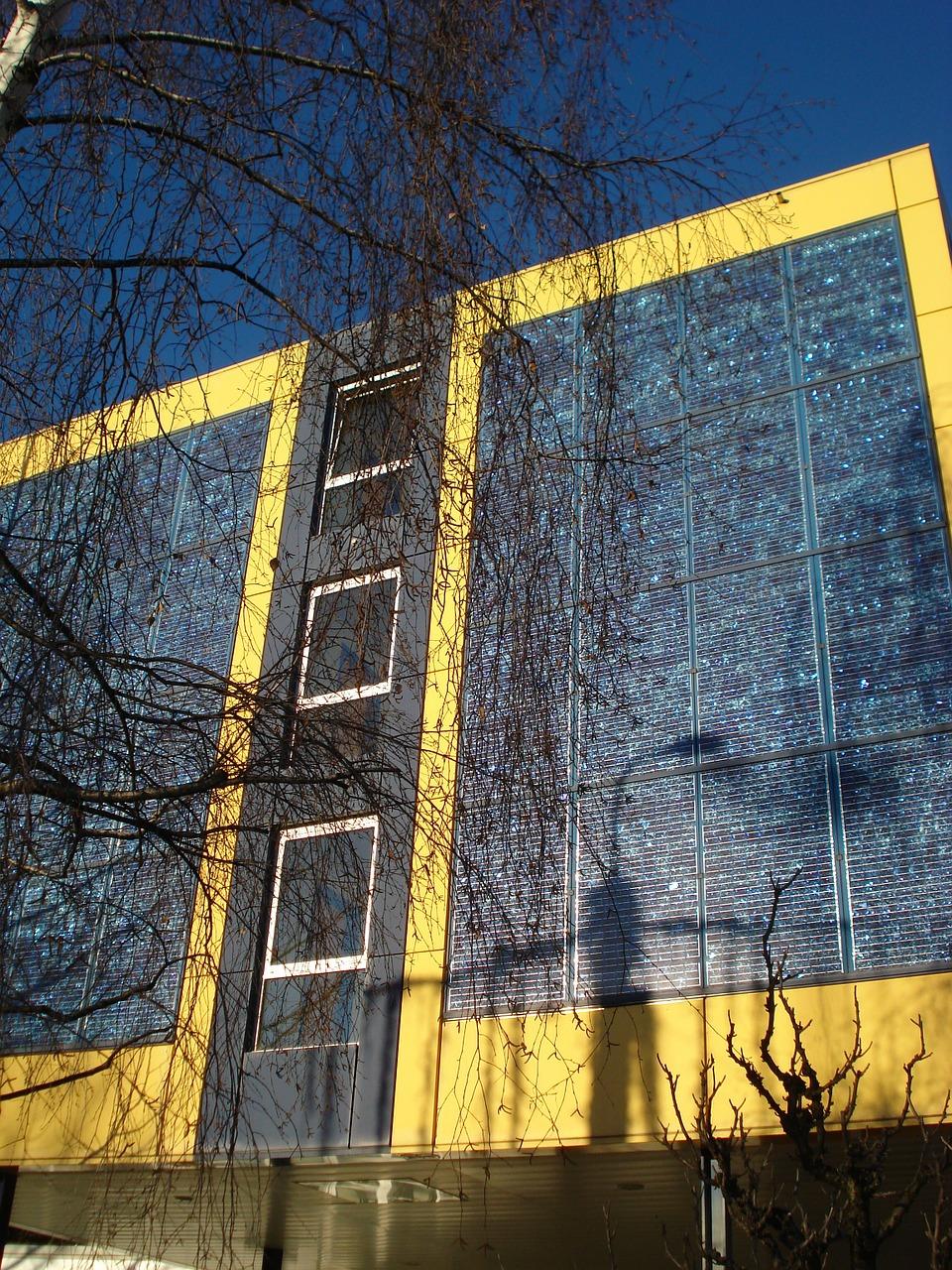 Zakomponovanie solárnych panelov do fasády obytného domu